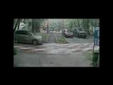 Видео с камер видеонаблюдения, на которых изображен мужчина, подозреваемый в нападении на 11-летнюю девочку в подъезде в Москве.