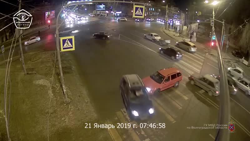 Водитель Skoda организовал пробку на Второй Продольной