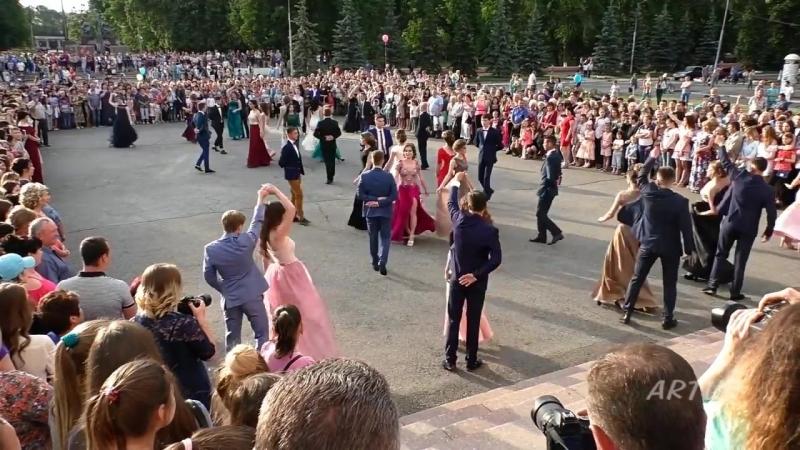 Красивый выпускной танец учеников 11 класса школы города Барнаула