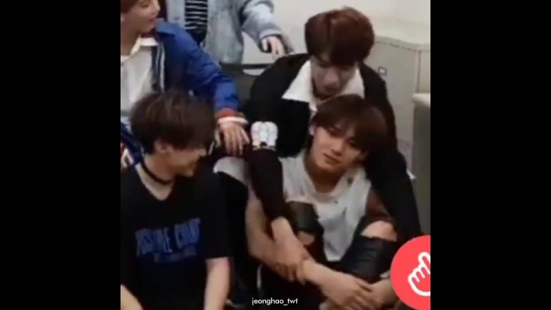 Hansol read carats comments abt mingyu's biceps AND THIS BABY BECAME SHY AND RECOILED AGSGDJKDKD
