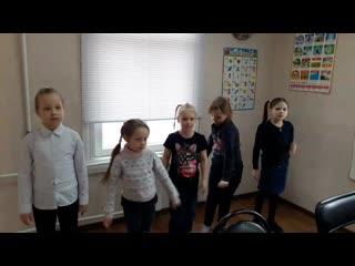 Мои девчонки поют песню про игрушки на английском.