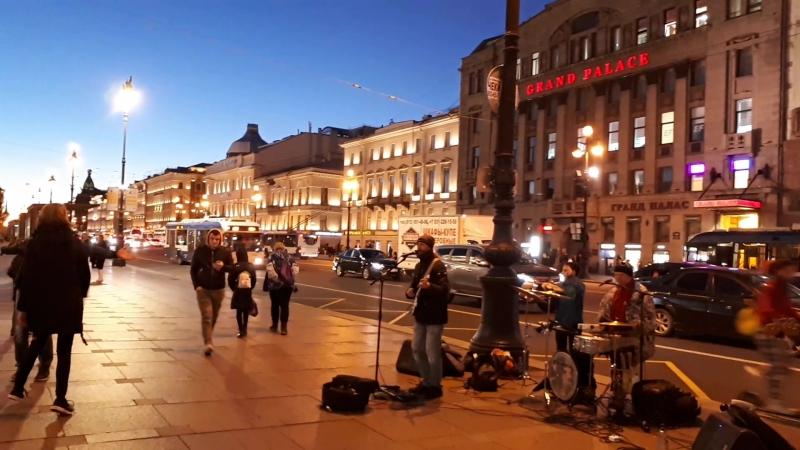Уличные музыканты на Невском проспекте в Питере
