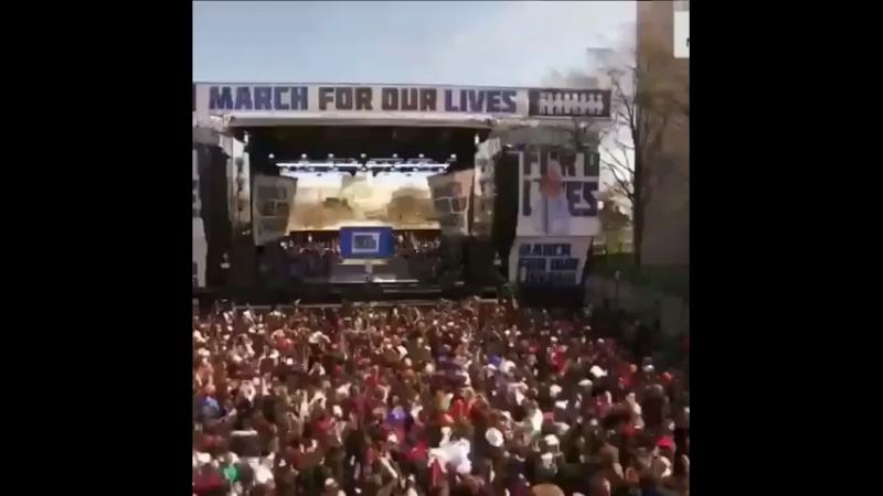 Ариана на марше March For Our Lives.Паблик - diamond ariana