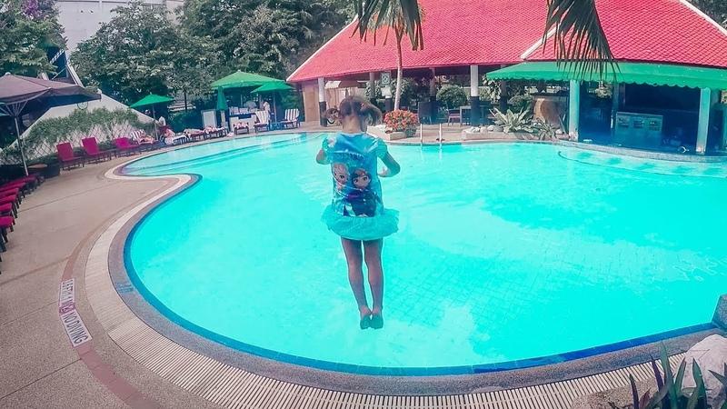 Купаемся в бассейне, прыгаем и ныряем, игры в воде
