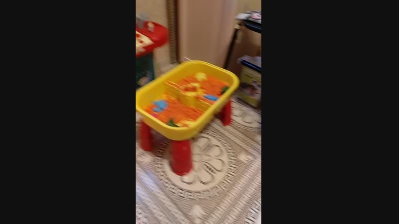 Аня играет в песочек 2