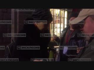 К австралийскому актёру и продюсеру Джейсону Кларку приехали жена и ребёнок