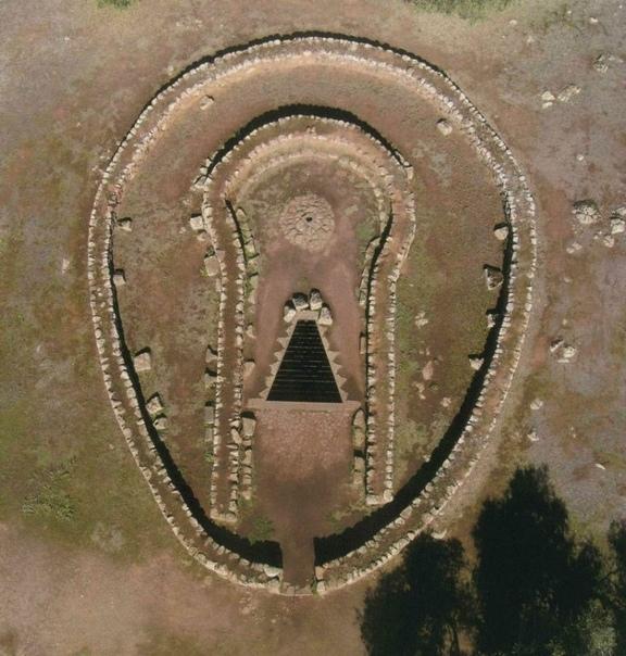 Загадка древнего колодца на Сардинии На Земле много мест дошедших к нам из древности, назначение которых мы можем только предполагать. Есть версии, но это всего лишь версии.Вот например
