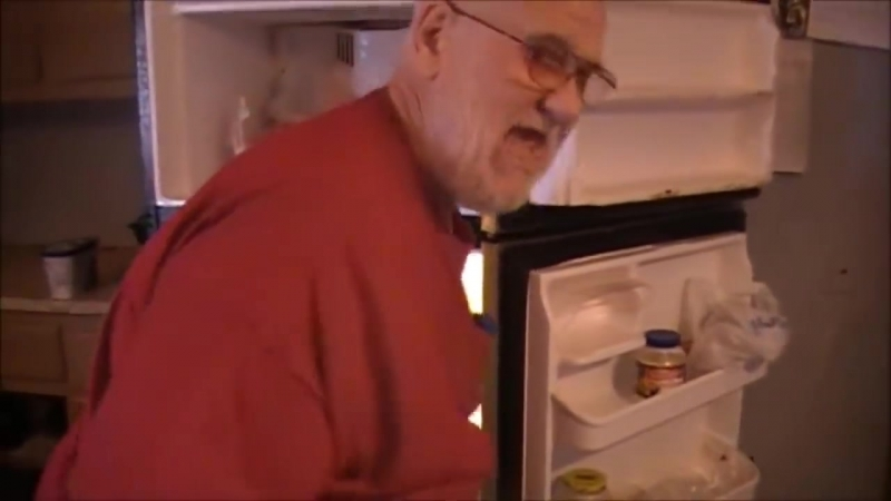 ЗЛОЙ ДЕД громит кухню из-за того что его КОНФЕТЫ пропали