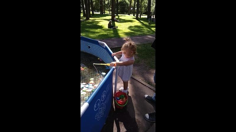 Софи ловит рыбу