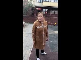 В Усть-Каменогорске женщина не пускает играть на площадку русских детей..