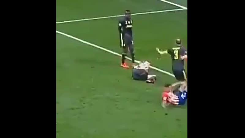 Notavo una cosa la Juve prende gol non solo perché Bonucci si tira per terra e lascia il giocatore che marcava ma guardate co