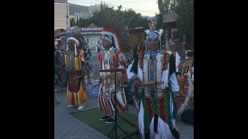 Алушта поют эквадорские индейцы