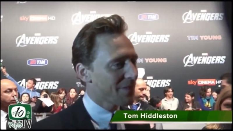 Том Хиддлстон поёт на Испанском