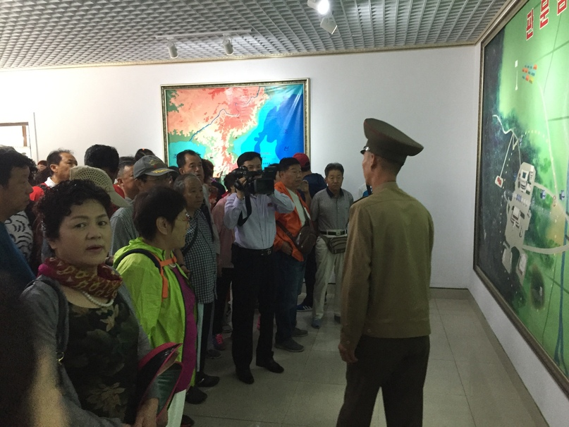 Отчет о путешествии в Северную Корею 2018. Наш экскурсовод и китайцы