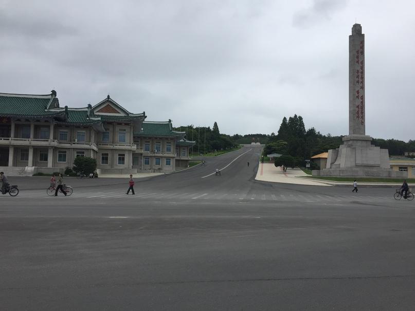 Отчет о путешествии в Северную Корею 2018. Практически в каждом городе есть Стелла со словами Вождя