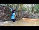 Удивительная девушка мастерит лук из ПВХ труб для ловли рыбы