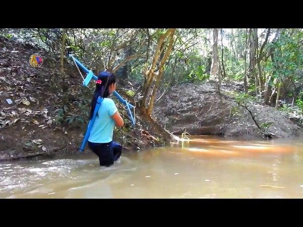 Удивительная девушка мастерит лук из ПВХ труб, для ловли рыбы