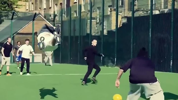 Tracers play football (Трейсеры играют футбол)