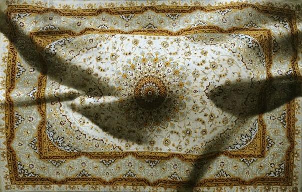 Антонио Сантин (Antonio Santin) Тело под ковромAntonio SantinДля начала, это, как минимум странно и необычно. Во-вторых, гиперреализм сейчас невероятно популярен и найти что-то новое
