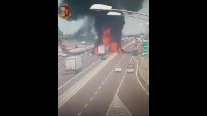 2 е погибли около 70 ранено в результате взрыва грузовика вблизи аэропорта Болоньи в Италии 18