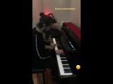 Альперен Дуймаз играет на пианино