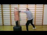 Леонид Слуцкий тренируется с боксёрской грушей перед работой в