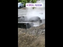 В Омске автомобиль провалился в огромную яму с кипятком