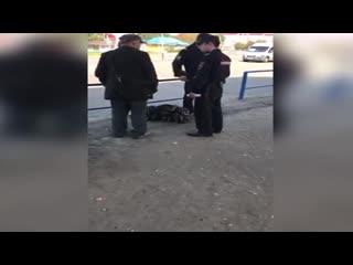 Парень вступился за мужчину, которого незаконно хотели забрать полицейские