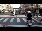 Девушка за рулем скутера, врезалась в стоящий на дороге скутер. Видео прикол
