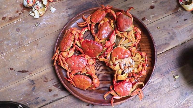 【伍阿哥】山里人没有吃过大闸蟹,去小溪里随手抓到一堆大螃蟹,吃21040