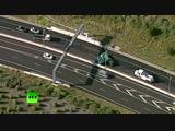 В Мельбурне женщина чудом выжила после падения огромного дорожного знака на её машину.