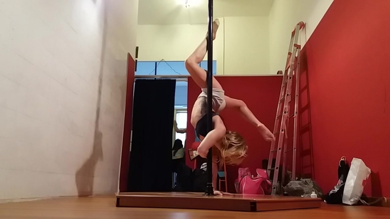 Playing with poryadnov handstand @ Turin pole dance studio