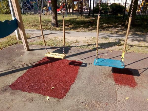 Резиновое покрытие отремонтировали на детской площадке на Алтушке