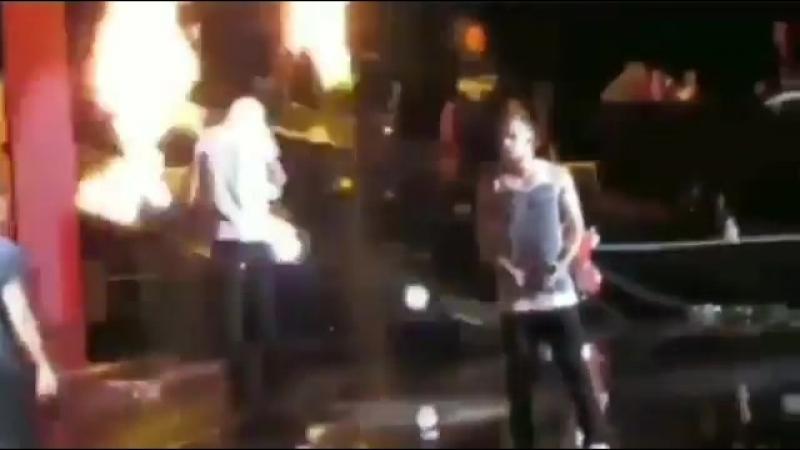 помните когда Гарри подошёл близко к огню и Зейн опасаясь за его жизнь со скоростью света mp4