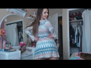 Красивая школьница снимает платье раздевается на камеру показывает трусики и попу