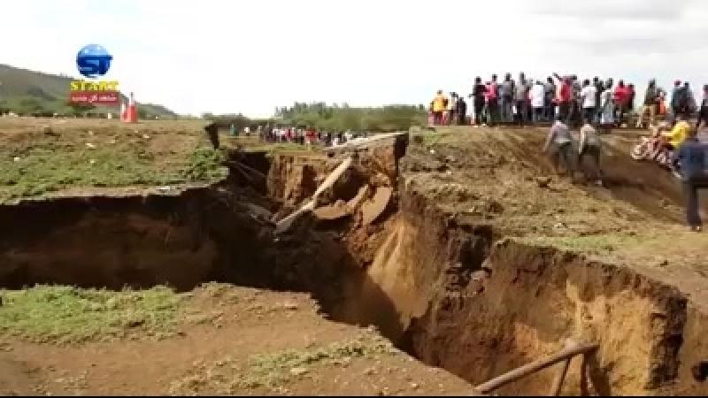 КЕНИЯ продолжается ремонт дороги после внезапно открывшихся трещин 14 03 2018