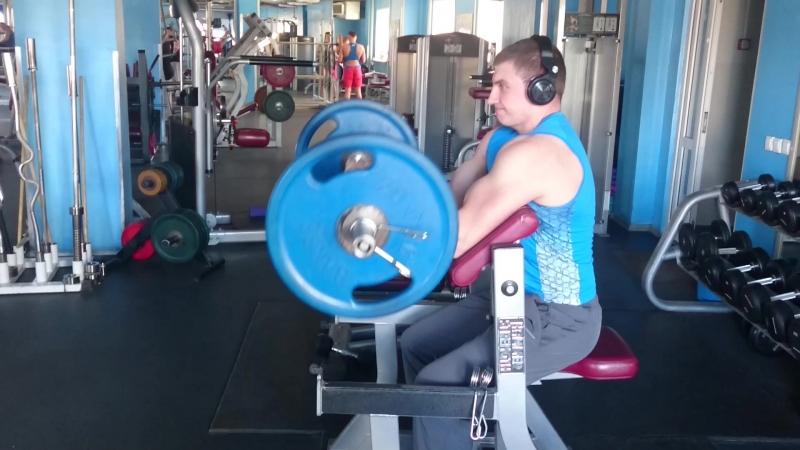 Сгибания рук со штангой на скамье Лари Скотта замечательно прорабатывает оба пучка двухглавой мыщцы плеча 👍 💪 personalnytrener