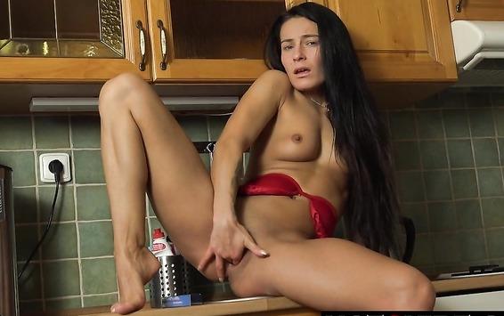 Голодная брюнетка мастурбирует киску