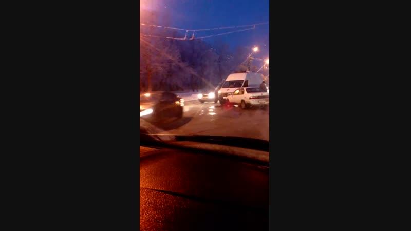 Скорая помощь попала в аварию на ул. Лизы Чайкиной (17.12.2018)
