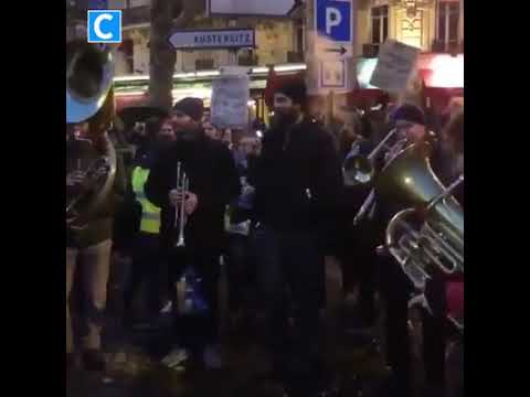 El pueblo unido jamás será vencido resuena en las protestas de Francia.