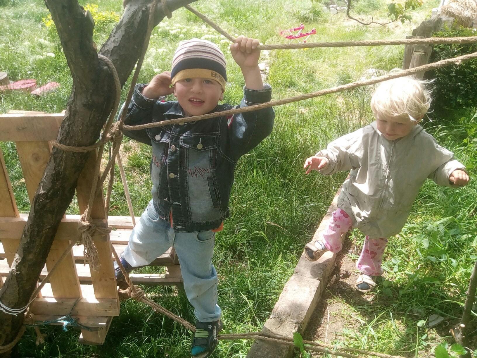 Переправа из двух веревок вполне безопасна для детей 3-4 лет