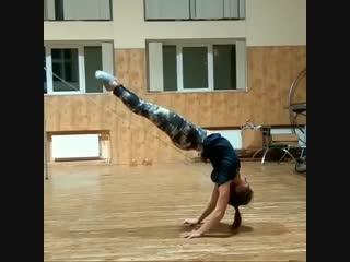 Strength of Body. Девушка с невероятной гибкостью и силой рук показывает красивый элемент
