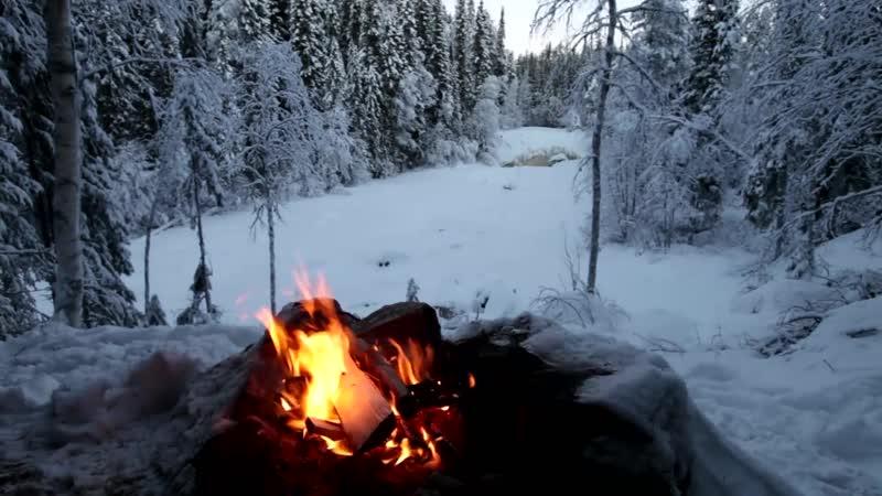 Потрескивающий огонь в снегу с видом на морозную зиму / Crackling Fire in the Snow Overlooking a Frozen Winter