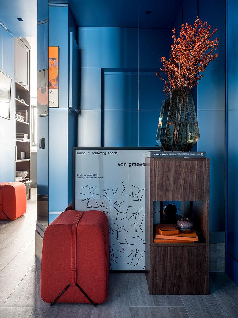Глубокие оттенки и спрятанная спальня: необычная квартира студентки в Москве (51 кв.