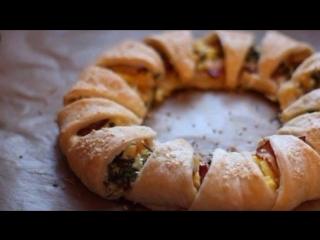 Как приготовить пирог-венок из слоеного теста с беконом, сыром и яйцами.