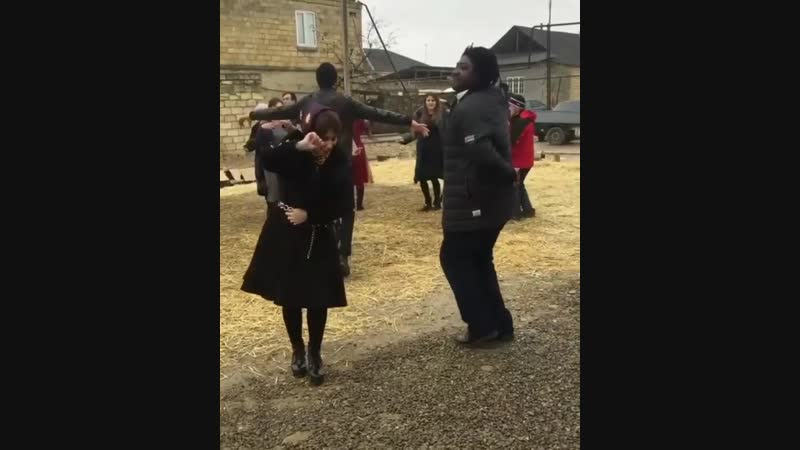 Негр танцует лезгинку - [Веселые Кавказцы]