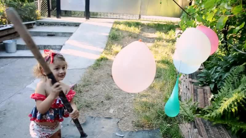 Видео, для детей, игры с водой, в летнюю жару. Лопаем шарики, с битой Развлечения и игры.