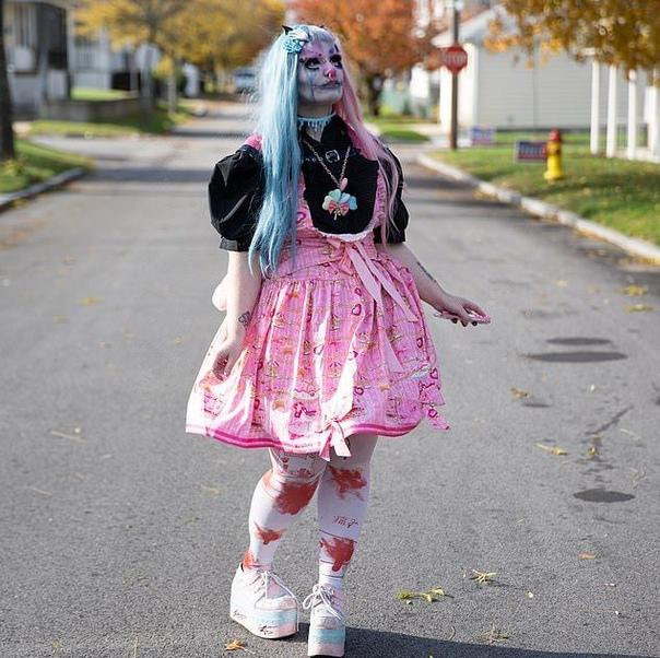 24-летняя американка видит себя человеческой куклой 24-летняя Джесс Соареш из штата Род-Айленд регулярно трансформируется в свое альтер эго - человеческую куклу. На омерзительный образ