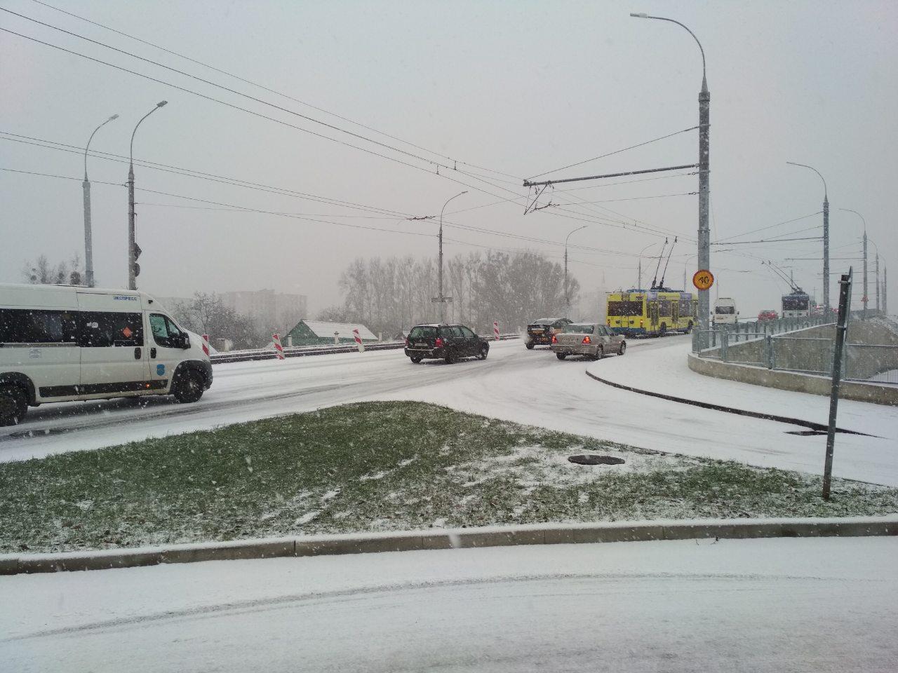 Из-за снега в городе много ДТП - призываем к осторожности!