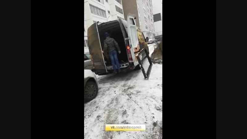 В Перми истеричный мужик требует убрать машину с проезда. Подробности видео - в группе